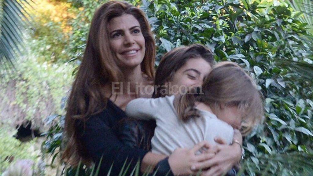 Juliana Awada. La primera dama con sus dos hijas, Valentina y Antonia en un mensaje que le dedic� el presidente Mauricio Macri Foto:Instagram