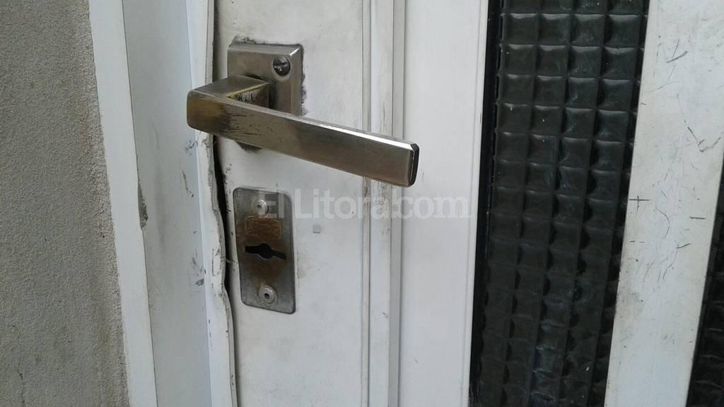 """Para ingresar al inmueble los delincuentes """"barretearon"""" la puerta de un garaje. Danilo Chiapello"""