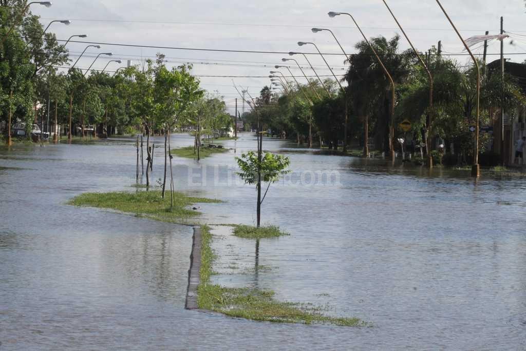 Facundo Zuvir�a y Boneo. Como siempre, los vecinos de esta avenida tuvieron que lidiar con un mar de agua. Foto:Guillermo Di Salvatore
