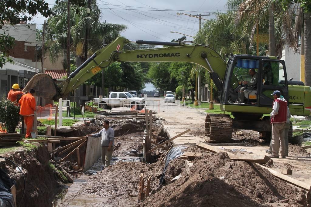 Se cayó parte de la vereda. La excavación de dos metros de profundidad se realiza en el marco de construcción del desagüe en Padre Genesio. Mauricio Garín