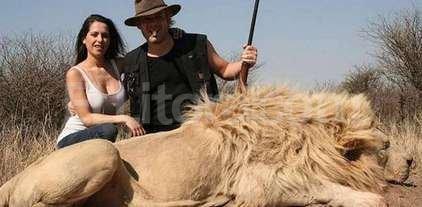 Repudio por las fotos de Garfunkel y Vanucci con animales muertos cazados en un safari -