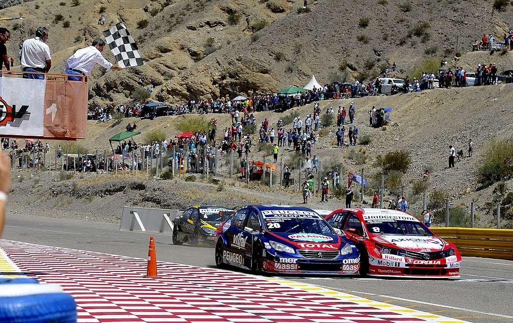 Así llegaron Guerrieri (derecha) y Chapur (izquierda) a la bajada de bandera. Se impuso el piloto de Toyota por milímetros. Telam