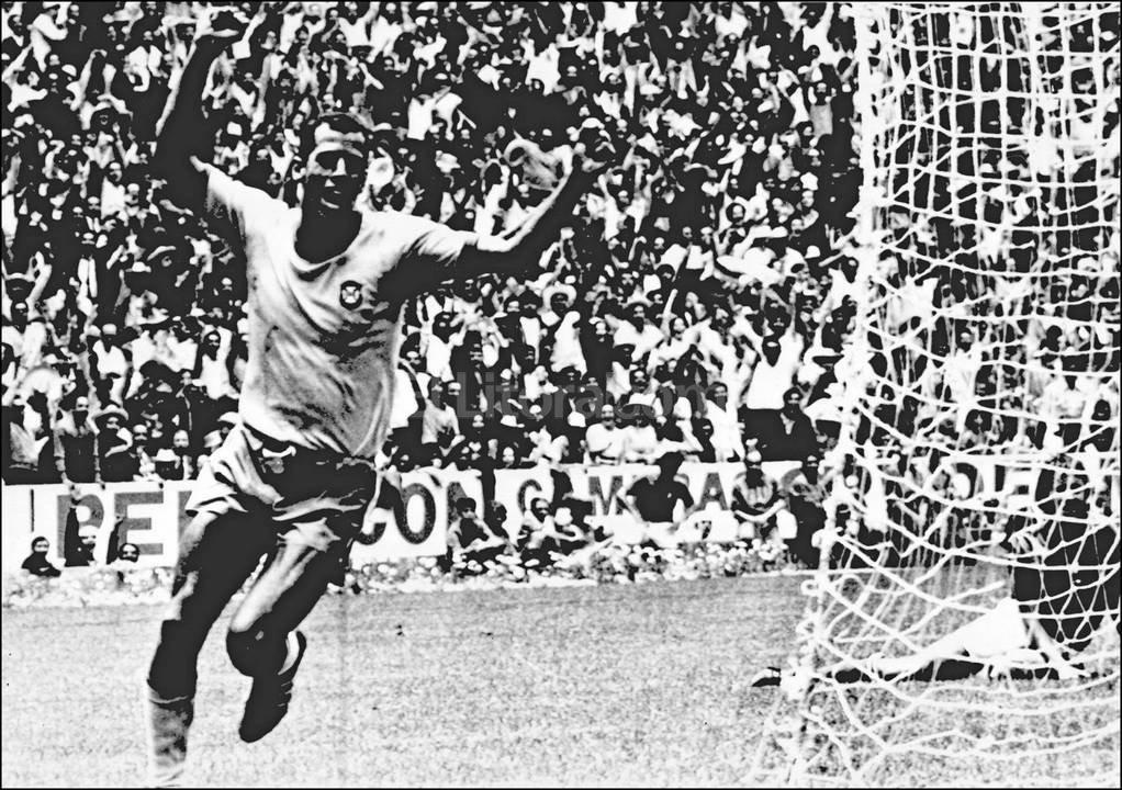 Celebrando el gol del truinfo en el Mundial del 70. Archivo El Litoral