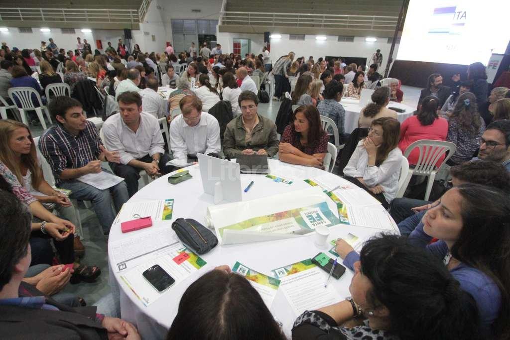 Más de 400 ciudadanos divididos en grupos discutieron sobre los derechos básicos que se deben garantizar a nivel educativo. Manuel Fabatía