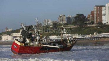 Encalló un busque pesquero en Mar del Plata