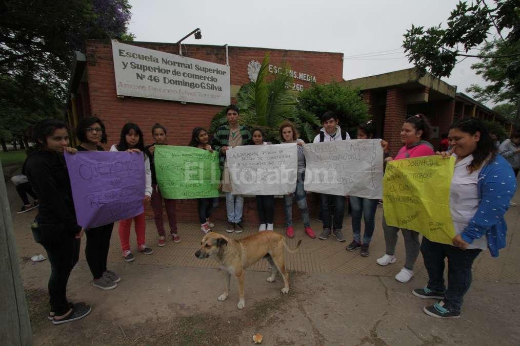 """Los estudiantes hicieron una """"sentada"""" esta mañana frente a la escuela y no entraron a clases. Mauricio Garín"""