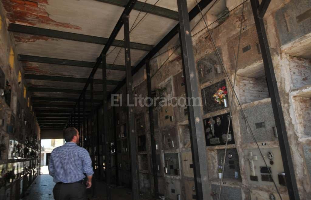 Peligro de derrumbe. La imagen muestra a la deteriorada sección 125, una de las próximas a demoler. El techo se sostiene con tabiques y existe riesgo de derrumbe, como ocurrió con la sección lindera que se desmoronó en 2015. Flavio Raina