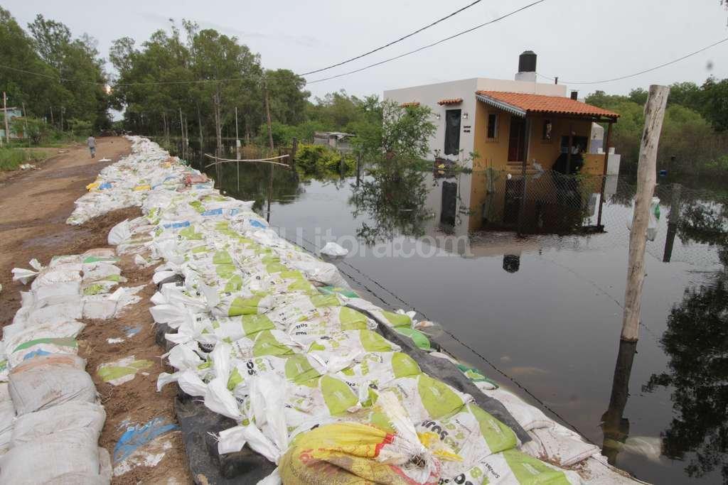 En enero, el municipio rinconero improvisó una defensa con bolsas que evitó que se inunde parte de Rincón Norte, en el límite con Arroyo Leyes. Es uno de los sectores vulnerables. Guillermo Di Salvatore
