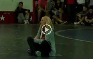 Video: una mujer frenó un partido porque le taparon la cochera