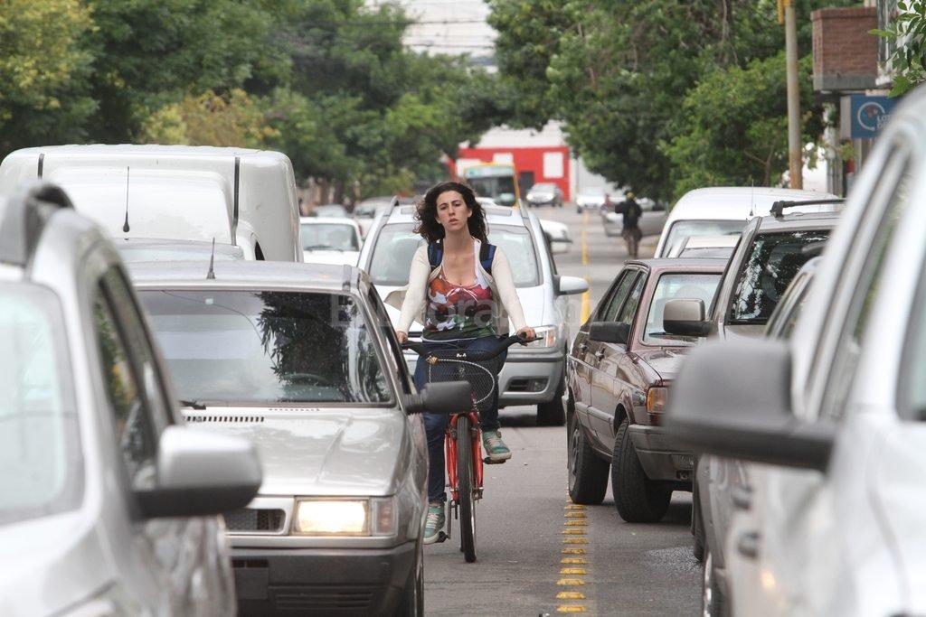 Encerrados. Los ciclistas que esquivan los automóviles estacionados sobre la ciclovía deben salir de la senda hacia el carril rápido de los autos, el izquierdo, y quedan entre los autos. <strong>Foto:</strong> Mauricio Garín