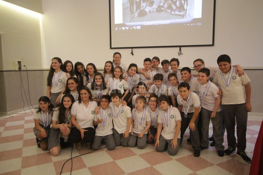 El grupo de alumnos de la Escuela Dante Alighieri recibió los galardones de parte de las autoridades de la institución organizadora del concurso. Pablo Aguirre