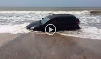 Video: casi pierden la camioneta en el mar