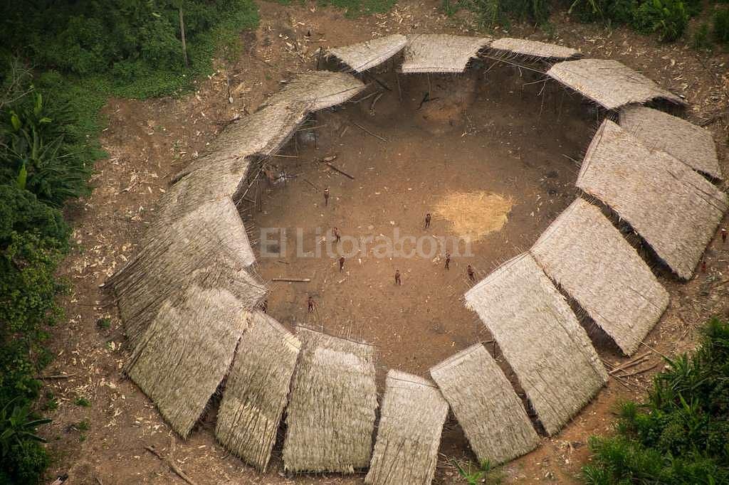Yano (casa comunal) de indígenas yanomamis no contactados en la Amazonia brasileña, fotografiados desde el aire en 2016. Guilherme Gnipper Trevisan/Hutukara