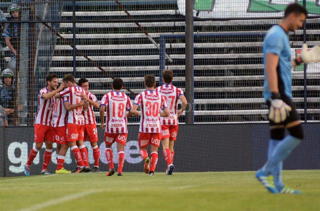 Unión festeja tras el gol de Godoy. Télam