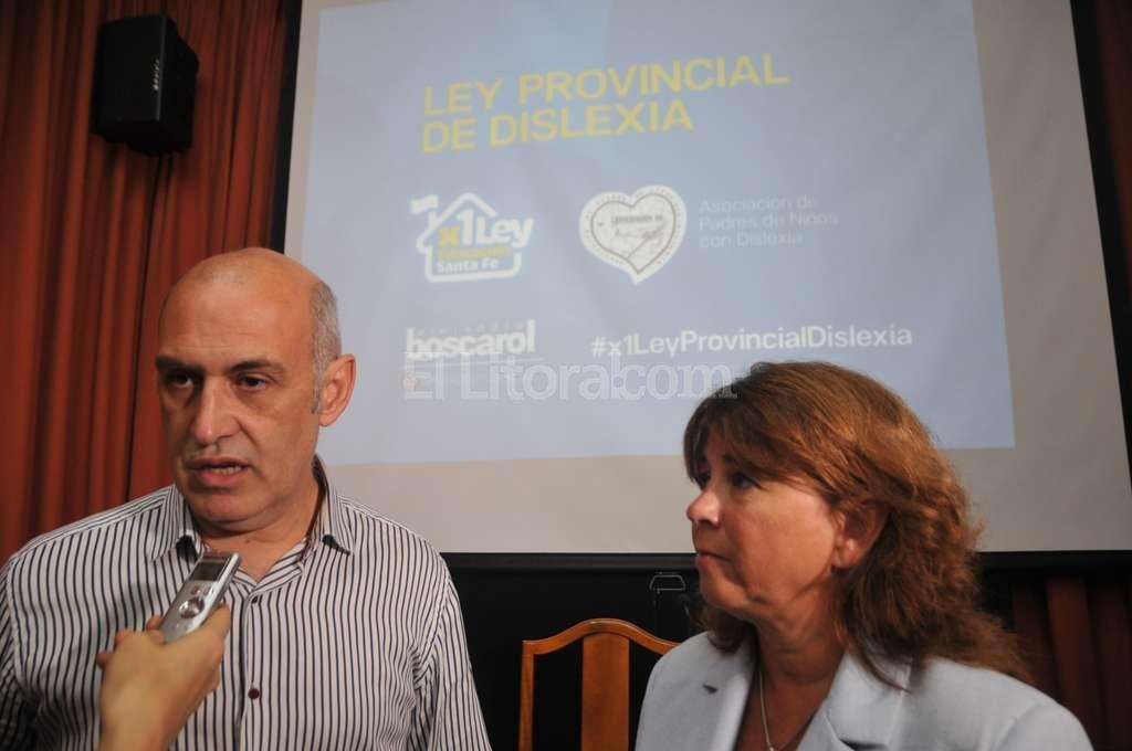 El diputado Alejandro Boscarol, junto a Gabriela Morcillo, de la Asociación Aprendamos, presentaron públicamente el proyecto esta mañana. Flavio Raina