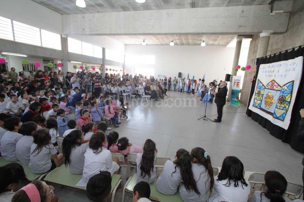 El nuevo SUM para la escuela 880 recibió hoy a la máxima autoridad de la provincia. Guillermo Di Salvatore