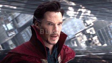 Mundo visual con vida propia - Benedict Cumberbatch en la piel de Stephen Strange; al fondo, la realidad fracturada de la dimensión espejo, parte de los logros visuales de la cinta de Scott Derrickson.