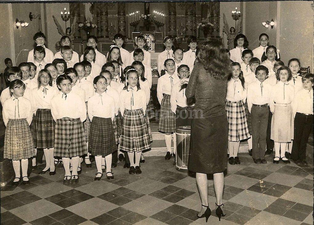 Los integrantes de la agrupación coral durante una presentación realizada en 1983 en la Iglesia Inmaculada. Gentileza Escuela Coral Municipal de Santo Tomé