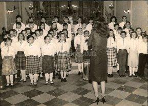 Moldear voces - Los integrantes de la agrupación coral durante una presentación realizada en 1983 en la Iglesia Inmaculada.