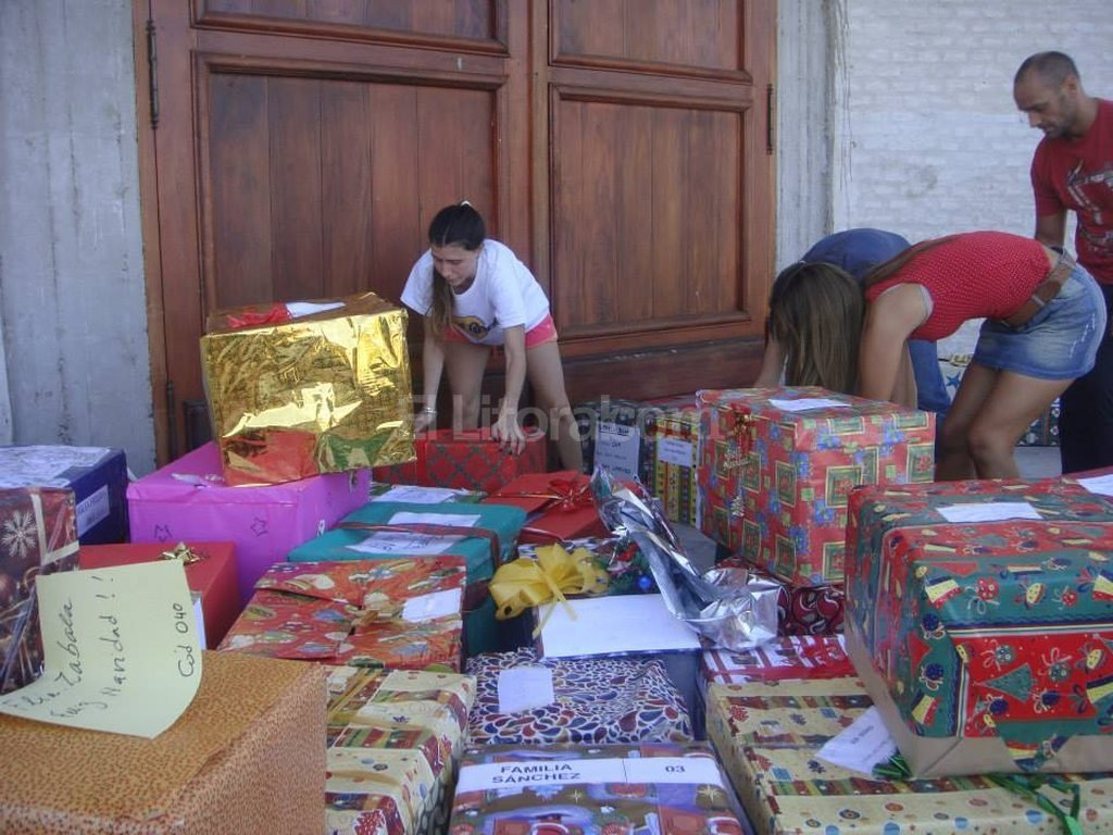 Piden armar cajas para que 700 familias puedan celebrar Navidad - Desafío solidario. Las 50 cajas que lograron reunir en su primera edición, hace seis años, el año pasado se multiplicaron en 600 para diferentes barrios de la ciudad. Esta vez, la meta es lograr cien más que el año pasado. -