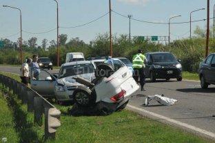 Espectacular choque: un auto quedó partido por la mitad