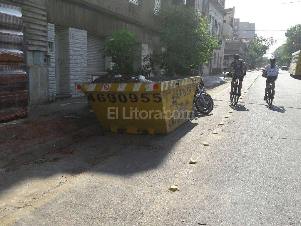 Postal urbana. En calle Ituzaingó, dos obras en construcción utilizaron la senda de bicicletas para depositar materiales. Crédito: Periodismo Ciudadano