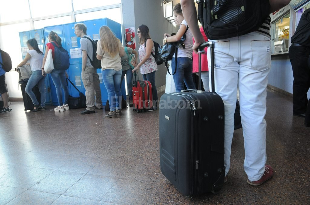 """Córdoba y la Costa Atlántica, los elegidos para el """"finde"""" largo - Los precios de los pasajes. A las sierras superan los $ 500, para ir A la Costa Atlántica hay que desembolsar $ 1.200. -"""