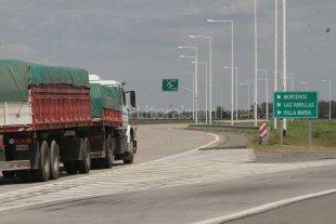 U$S 300 millones para la autovía a Córdoba - Santa Fe pagó su tramo de la autovía RN 19. Néstor prometió y no devolvió; Mauricio financia ahora el trayecto cordobés. -