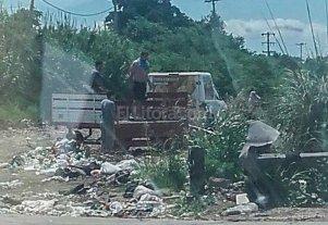 Clausuran un taller mecánico por arrojar residuos en un reservorio