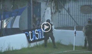 Video: un jugador de fútbol recibió un balazo de goma