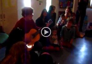 Video: imágenes inéditas de Spinetta cantando en un jardín