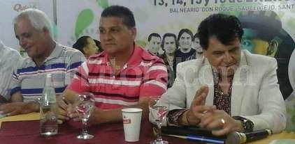 """Las voces del Pescador - El presidente comunal de Sauce Viejo, Pedro Uliambre, junto al conductor del festival Roberto """"Pipi"""" Rivero."""