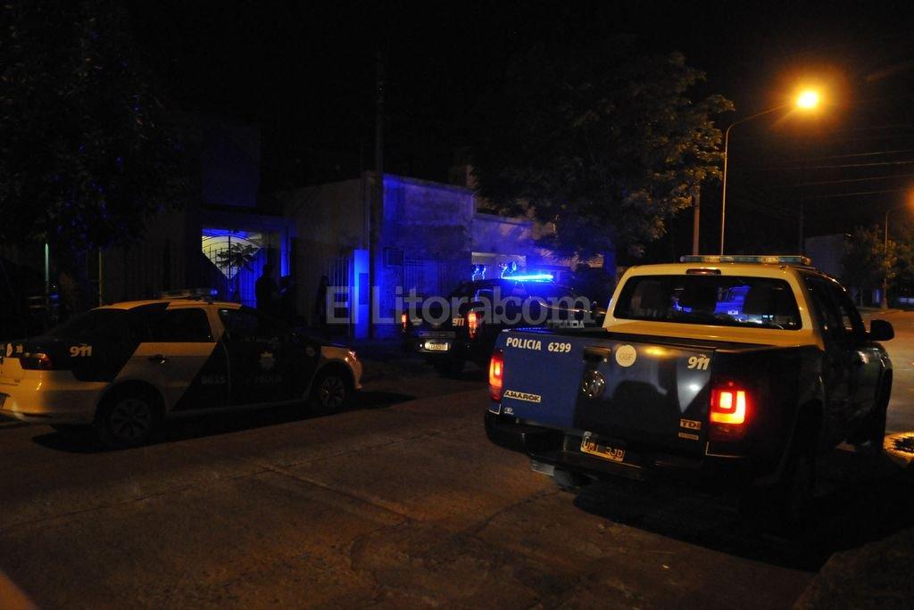 Golpe comando en Guadalupe - Tres sujetos vestidos de policías irrumpieron en una vivienda de Boneo al 800 el sábado por la noche y se llevaron gran cantidad de armas de guerra. -