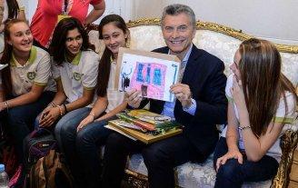 Alumnos de una escuela de Elisa fueron recibidos por Macri