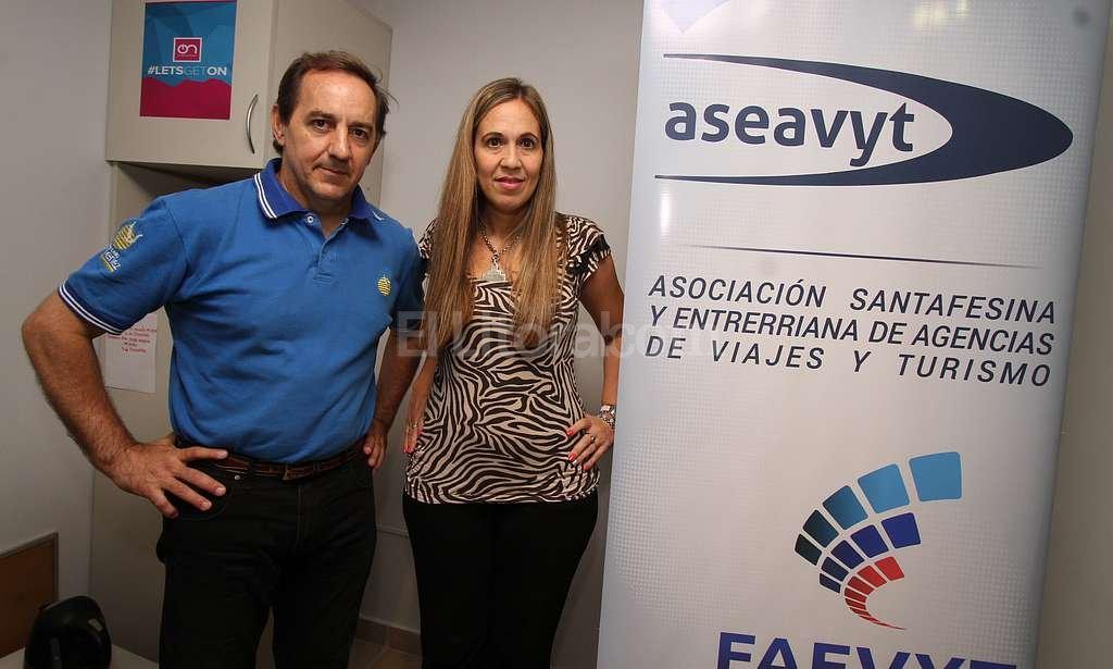 Preocupación del sector. Marcelo Giménez y Andrea Salomón, secretario y presidenta de Aseavyt, aconsejaron tomar ciertos recaudos a la hora contratar servicios de turismo.  Crédito: Guillermo Di Salvatore