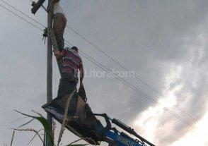 Tamberos santafesinos arreglan ellos mismos los postes de luz