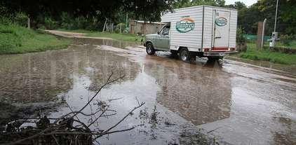 """""""Limitaciones presupuestarias"""", para mantener desagües y calles de Rincón - Agua acumulada. La imagen fue registrada el lunes, cuando habían pasado más de 24 horas del temporal, y el agua seguía allí, en una de las calles de la zona de la Costa."""