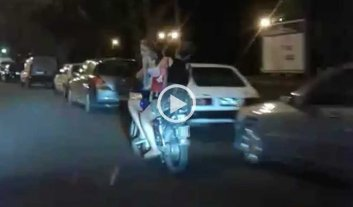 Video: sin luz, ni casco y con una nena bailando -  -