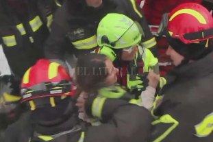 Hallan con vida a 10 personas en el hotel sepultado por un alud en Italia