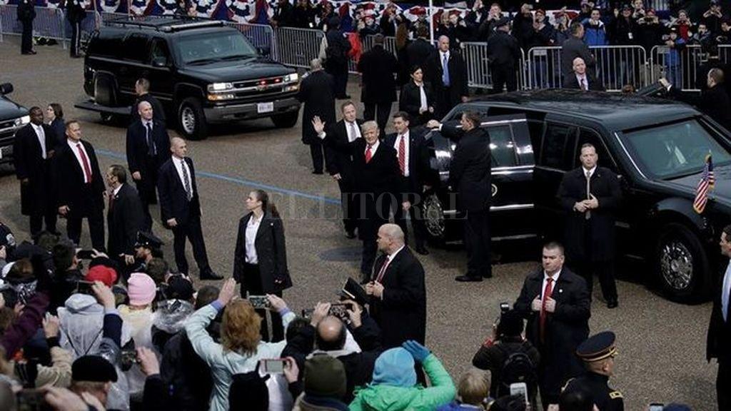 Selló su asunción con un desfile gris, con poca gente y abucheos - En un momento del trayecto, Trump, Melania y su hijo Barron se bajaron del vehículo y caminaron unos metros saludando a la gente que los celebraba -