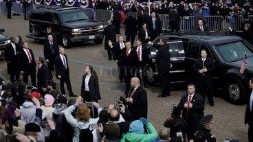 Selló su asunción con un desfile gris, con poca gente y abucheos