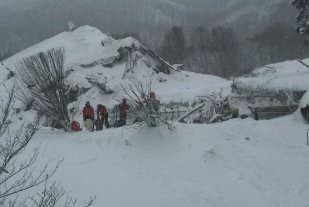 Rescataron a otras 4 personas del hotel seputaldo en Italia