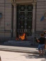 Manifestantes prendieron fuego en la puerta de los tribunales de Vera
