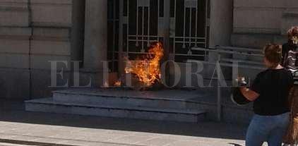 Manifestantes prendieron fuego en la puerta de los tribunales de Vera -