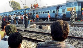 Descarriló un tren en India: 32 muertos