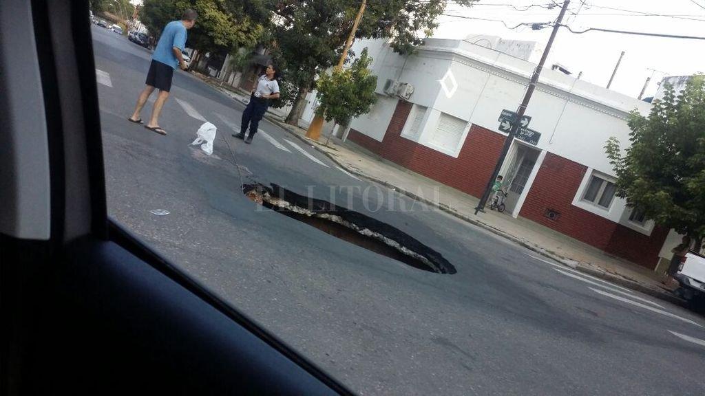 El pozo que se abrió en Dorrego y Balcarce el domingo a la tarde <strong>Foto:</strong> Periodismo ciudadano