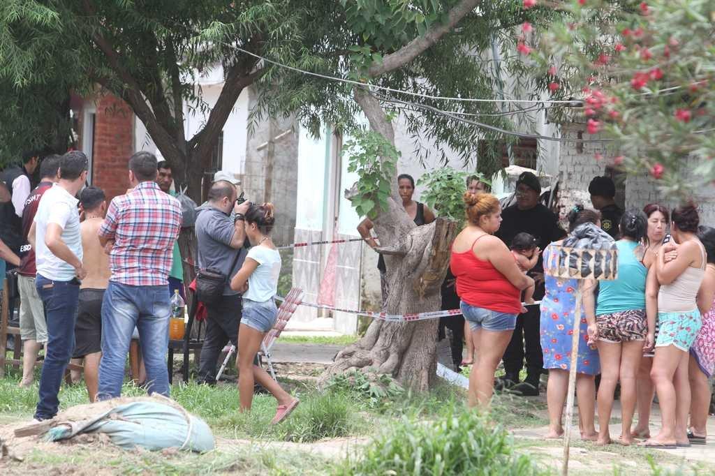 Gran cantidad de vecinos se acercaron al lugar del hecho. El homicida sería un adolescente de 16 años que está prófugo Guillermo Di Salvatore