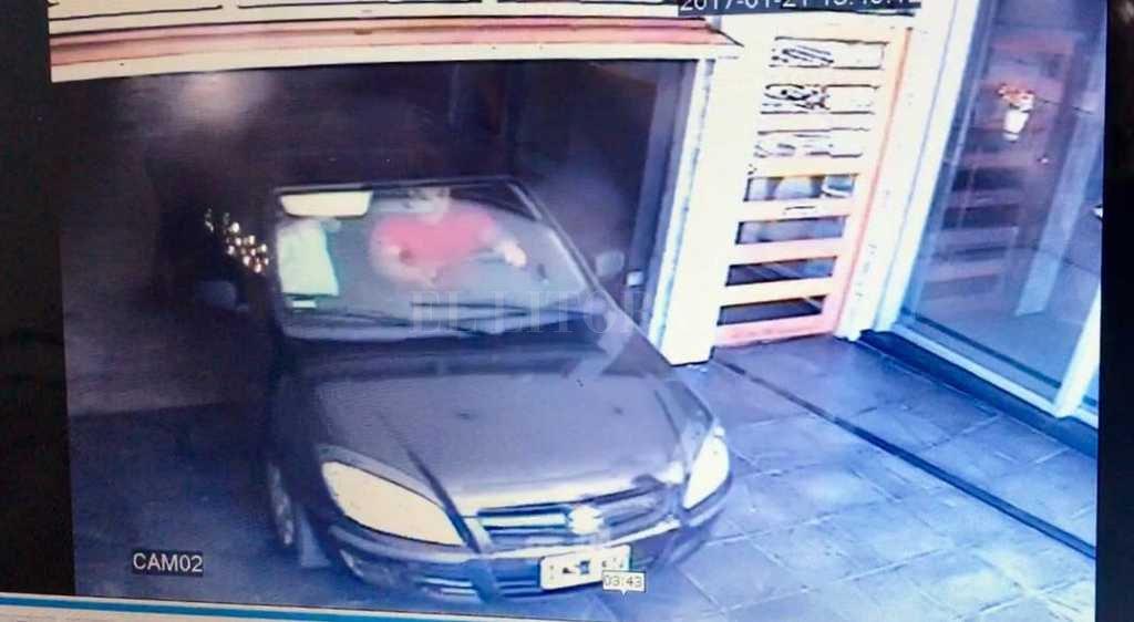 Las cámaras de seguridad filmaron cuando un bulto envuelto en una sábana era bajado del ascensor y trasladado hasta el auto Télam