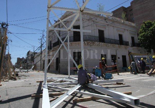 """Los pórticos de hierro se empezaron a colocar ayer y se van a """"anclar"""" en la calle. <strong>Foto:</strong> Mauricio Garín"""