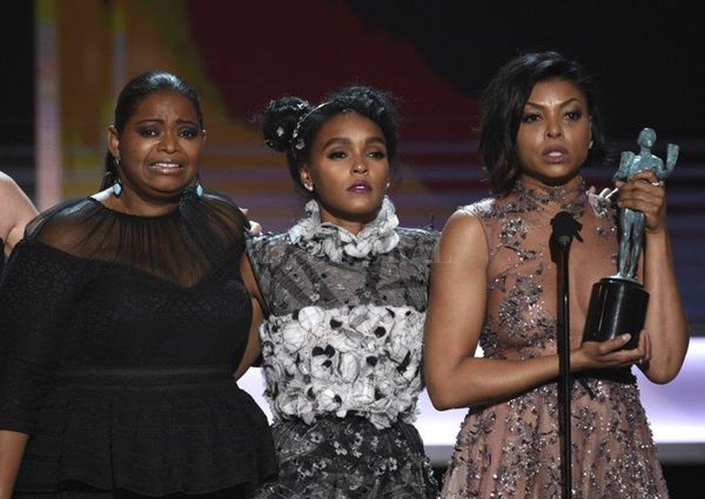 "Octavia Spencer, Janelle Monae y Taraji P. Henson al recibir el SAG Awards por ""Figuras ocultas"". #SAGAwards"